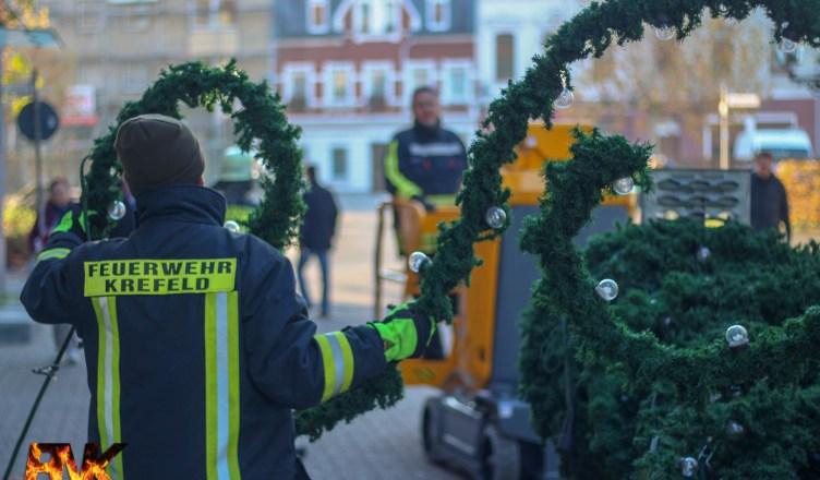 Weihnachtsbeleuchtung Anbringen.Feuerwehr Uerdingen Bringt Weihnachtsbeleuchtung In Der Altstadt An
