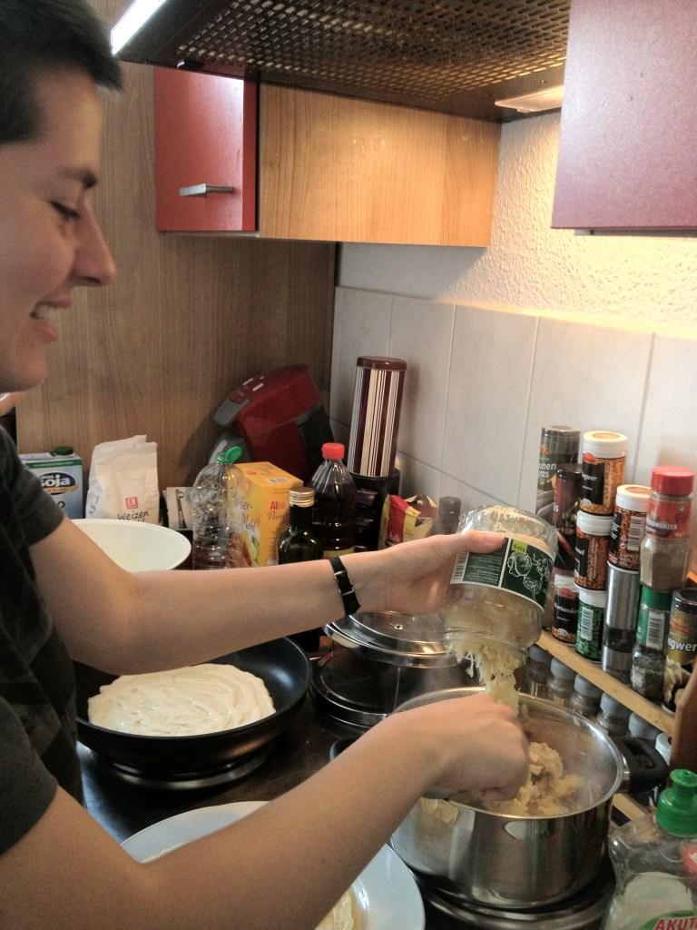 Sauerkraut wird in Topf gem