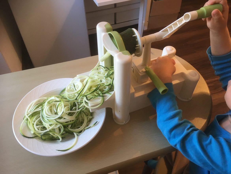 Zucchini Spaghetti mit Spiralschneider drehen