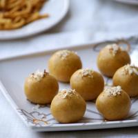 Microwave Besan Ladoo Recipe - Indian Microwave Sweet Recipes - Easy Diwali Sweets