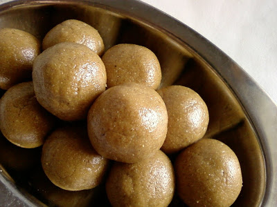 Nuvvu Chimmili ~ White Sesame seeds and Jaggery Laddu