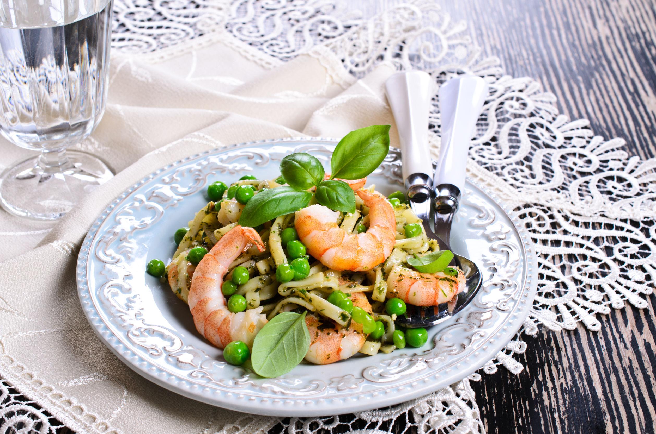 "Pasta tagliatelle with shrimp and peas, dressed with sauce ""pesto"""