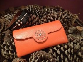 porte-monnaie en cuir, teinte orange, motif clouté, Maison Laffargue
