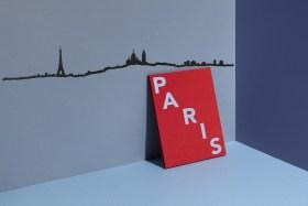 Depuis un point haut du 18ème arrondissement de la ville, on peut y voir de gauche à droite la tour Eiffel, la butte Montmartre avec le Sacré-Coeur et les tours de la Défense.