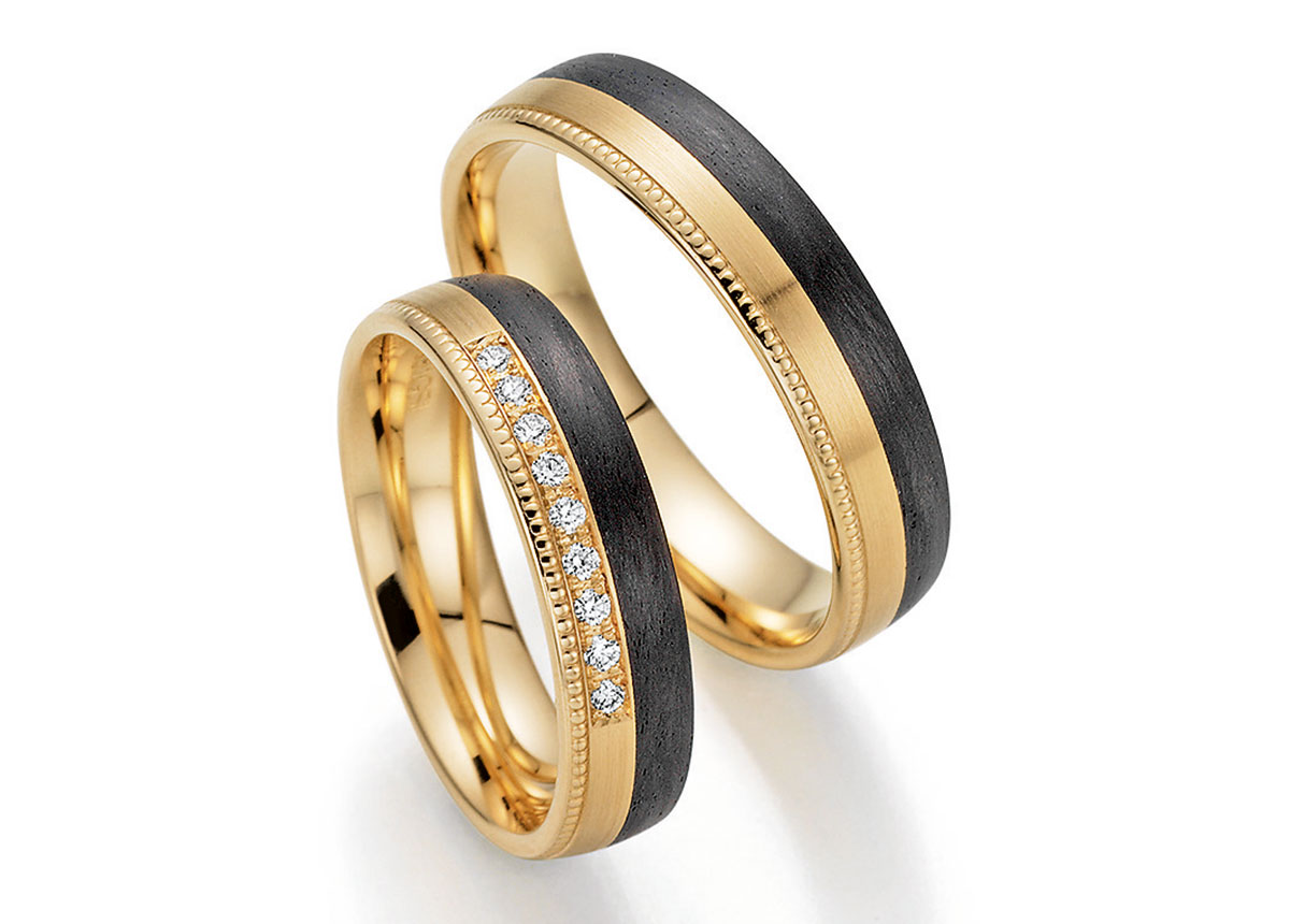 Spannend: die Kombination von Apricotgold und dem Schwarz von Carbon. Die weiß funkelnden Diamanten kommen hier besonders gut zur Geltung.