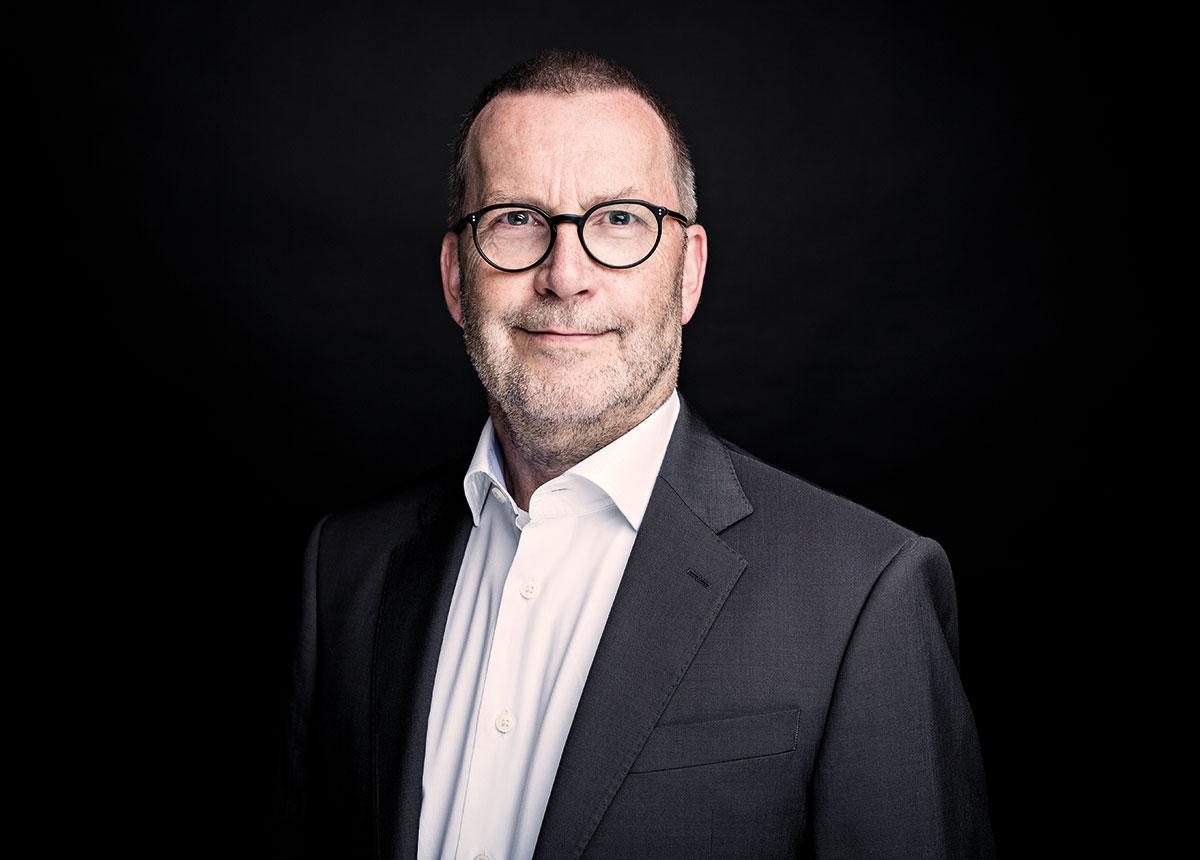 """""""Der Kontrast zwischen dunklem Schwarz und z.B. sonnigem Apricotgold passt tatsächlich zu jedem Hauttyp"""", sagt Wolfgang Fischer."""
