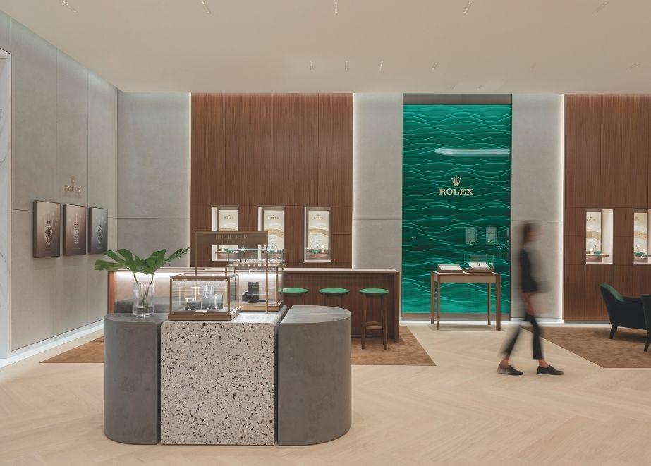 Im nächsten Beitrag: Bucherer Düsseldorf - das aktuelle Ladenbau-Projekt von Blocher Partners: Die markeneigenen Möblierungen haben die Innenarchitekten durch Mittelmöbel aus Terrazzo und Sichtbeton ergänzt, die die Ware gleich eines Kunstwerks inszenieren.