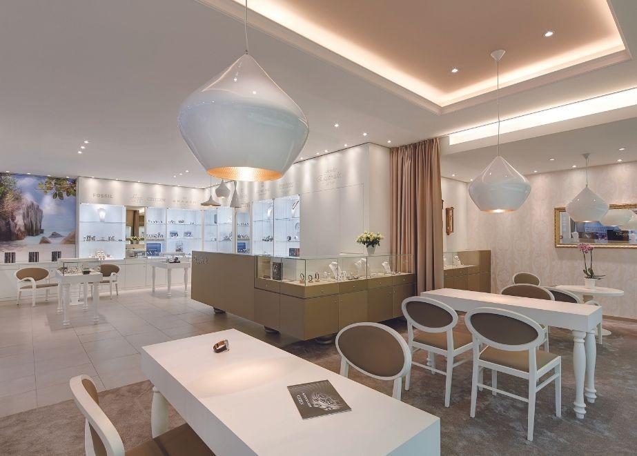 Unaufdringlich wirken die kleinen verschnörkelten Accessoires, wie die gedrechselten Tischbeine oder die Ornamenttapete im Séparée für Exklusiv-Kunden.