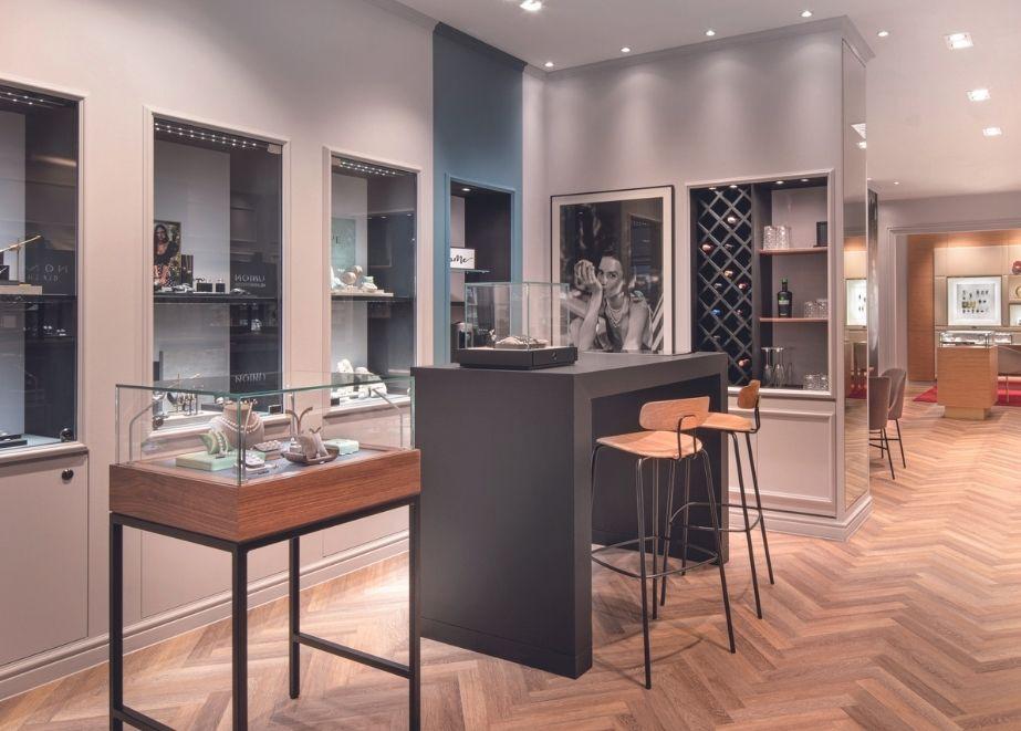 """Die verschiedenen Bereiche der Boutique sind wie Zimmer einer Wohnung aufgeteilt. Im """"Küchenbereich"""" laden stylische Bar- hocker zum Verweilen ein."""