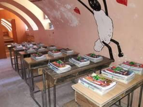 Wird die Belagerung durchbrochen, erreichen Bücher und Hefte die Schulen.