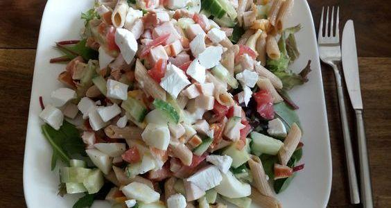 Salad4lunch met volkoren penne en gerookte kip