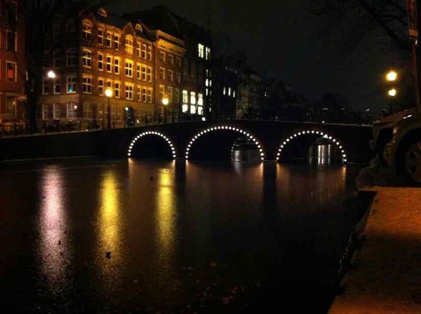 Licht weerkaatst op het ijs in de Prinsengracht
