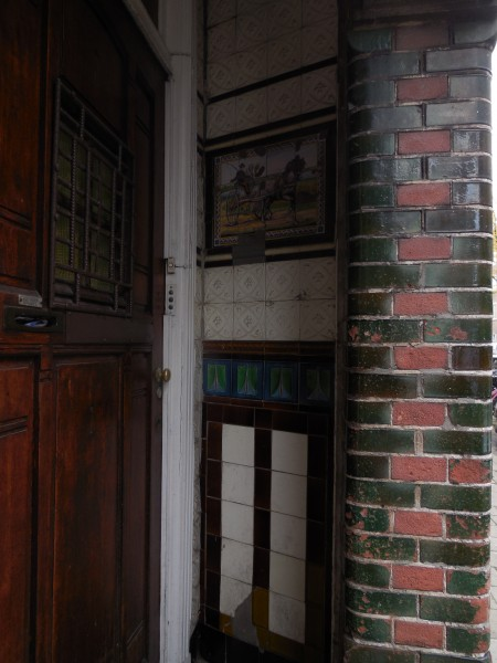 Tegelwerk in een portiek aan het begin van de Van Speijkstraat.
