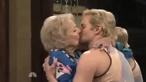 betty-white-bradley-cooper-kiss