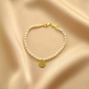 pulsera de perlas y charm-blingbling