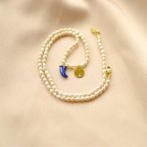 collar de perlas y colmillo azul-blingbling