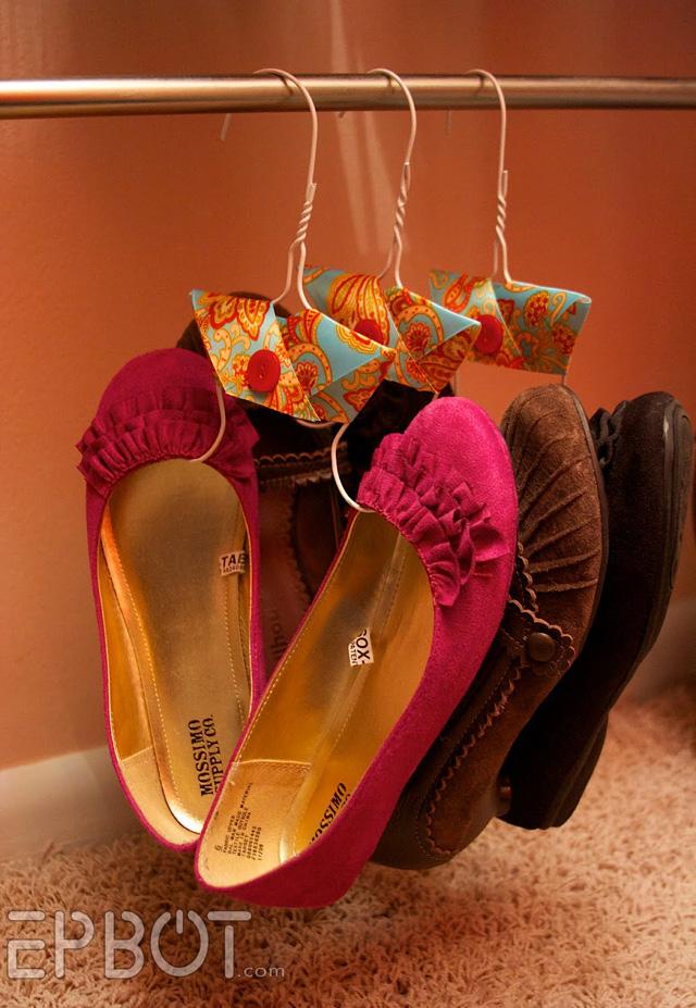 จัดห้องเล็กๆ ด้วยการดัดแปลงไม้แขวนเสื้อเป็นที่แขวนรองเท้า