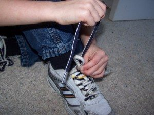 The child can then easily see the difference between the laces while learning to tie them, making it easier to visualize the process.