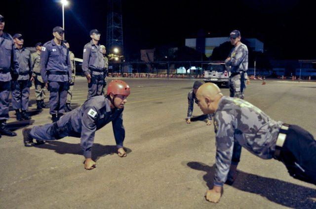 Comandante recebe apresentação da tropa, aos costumes do curso.