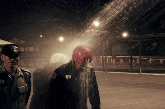 Na verdade é apenas o procedimento de descontaminação, uma ducha refrescante.