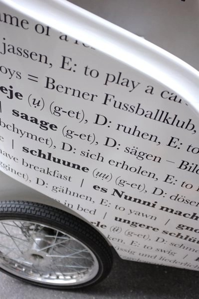 Nahaufnahme Radkasten: Beschriftetes Velotaxi von Werbeagentur Bern - Blitz & Donner