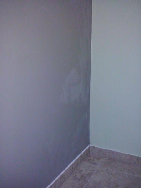 Manchas blancas en pared recin pintada  Pintura