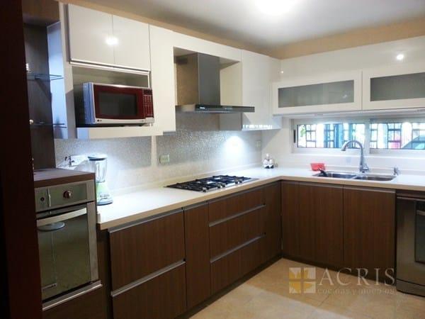 Qu color de cocina y encimera va con pared con azulejos
