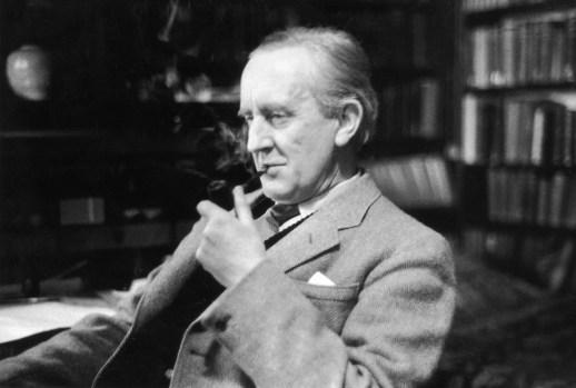 """""""¡Así llega la nieve tras el fuego, y aún los dragones tienen su final! – dijo Bilbo, y volvió la espalda a su aventura."""" El Hobbit, J.R.R. Tolkien"""