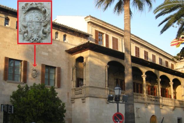 Un escut aliè estampat a la seu de la Presidència de les Illes Balears