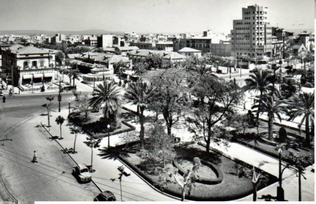 A la part superior es veu la plaça de l'estació. A aix, l'espai amb palmeres, delimita la zona de l'estàtua a Jaume I