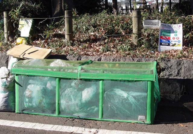 Un altre contenidor. El cartell de la dreta indica amb colors els dies de recollida.