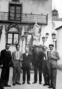 Durruti (dreta) en Montjuic amb companys de lluita, tot just retornat de l'exili, en abril del 1931.