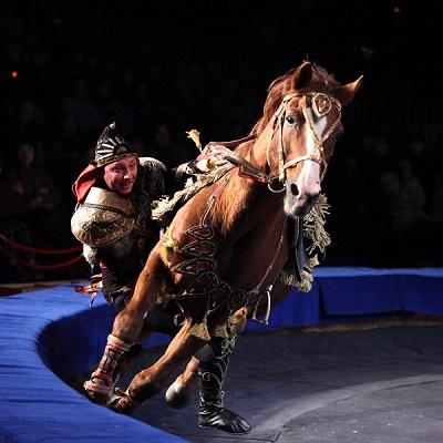 El festival de Figueres presenta circ amb animals abans de reunir-se la ponència del Parlament