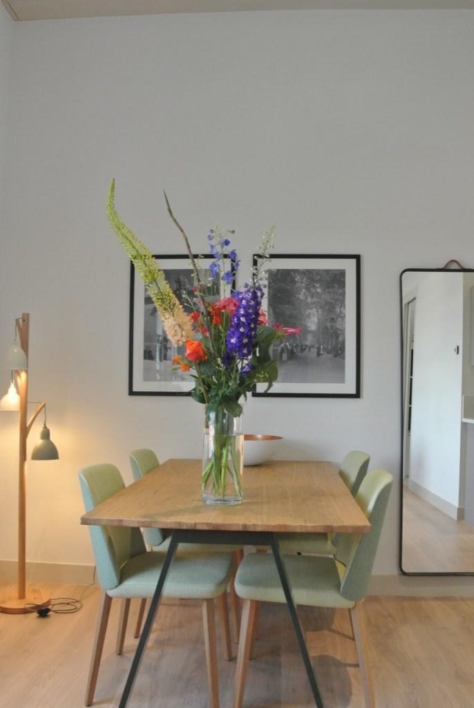 Een boeket op tafel in een long stay apartment geeft zoveel sfeer en maakt het intiemer en gezelliger.