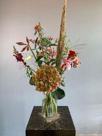 Een herfstboeket met seizoensbloemen