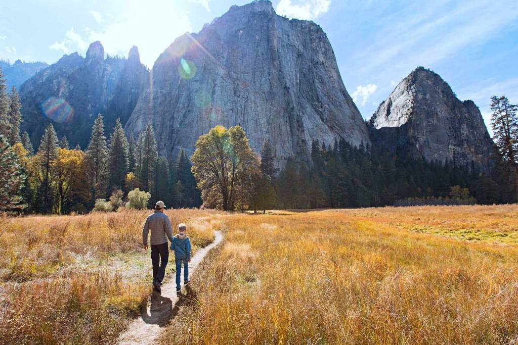People hiking towards Yosemite, thanks to their Half Dome Permits