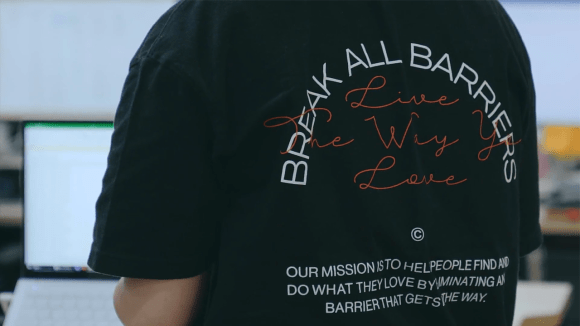 모두가 사랑하는 일을 하며 살 수 있도록 모든 장벽을 파괴(!)하겠다는 메시지가 담긴 클래스101 티셔츠