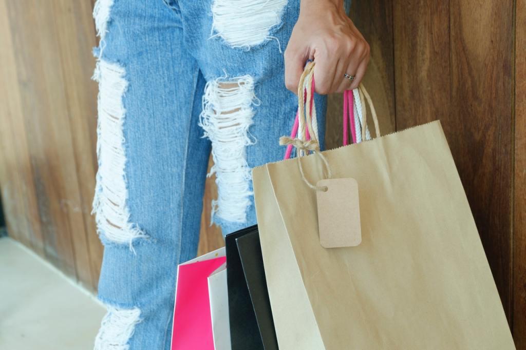 cliente carregando sacola de compras.
