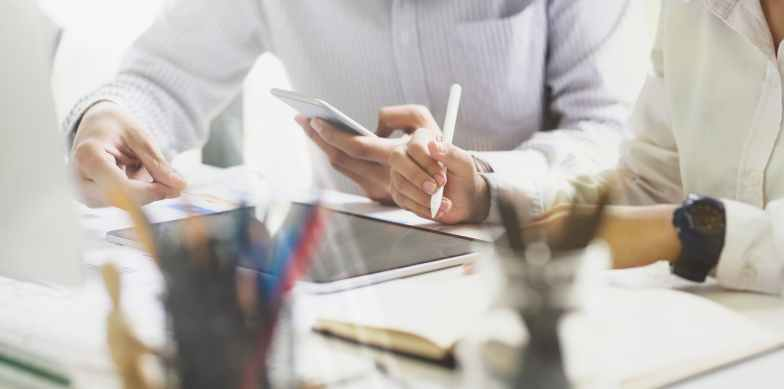 Pessoas orçando e planejando uma estratégia competitiva para a empresa