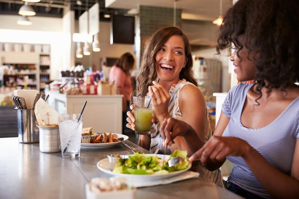 Vale refeição - duas mulheres fazendo uma refeição