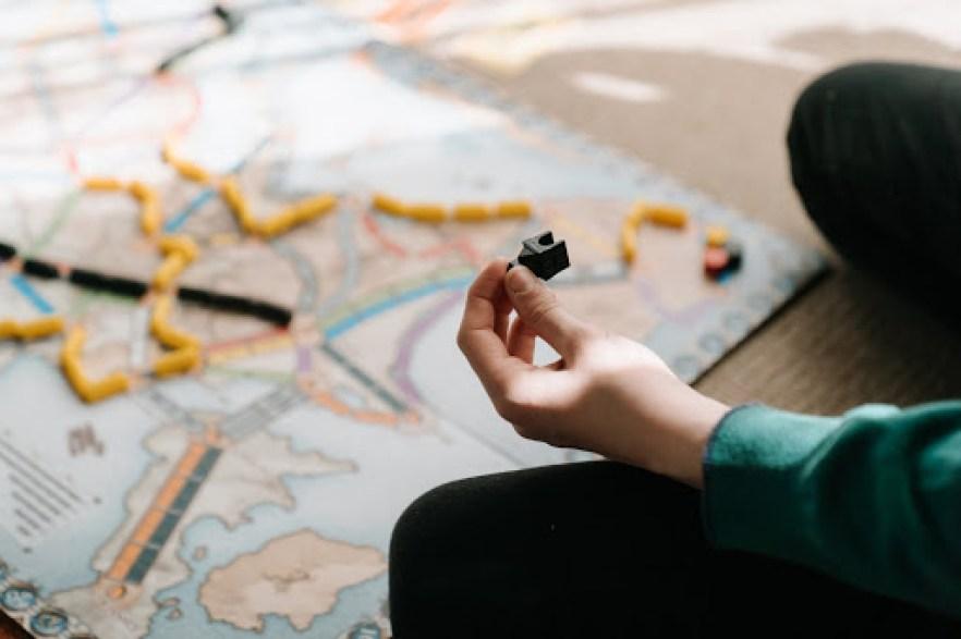 Uma pessoa segurando uma peça de um jogo.