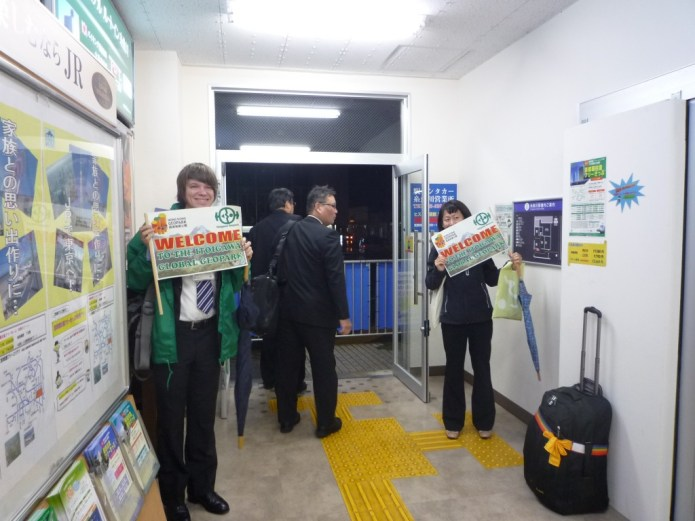 Geopark staff greet the Hong Kong students at Itoigawa Station
