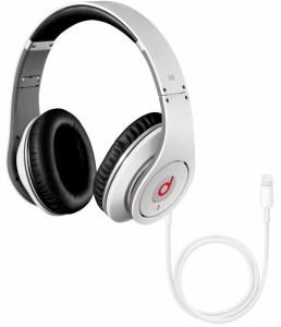 Après le rachat de Beats, Apple annonce travailler sur des casques connectés avec un câble Lightning.