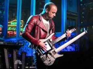 Christopher Wolstenholme, le bassiste de Muse avec une guitare Kitara