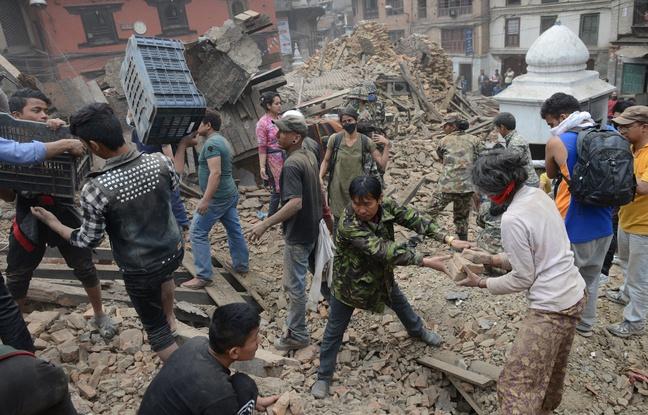 648x415_des-personnes-deblaient-la-place-durbar-a-katmandou-nepal-quelques-heures-apres-le-seisme-survenu-le