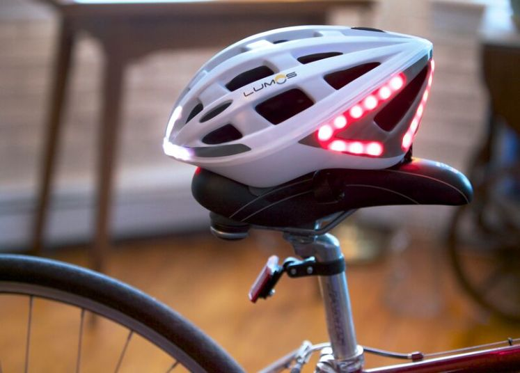 Le casque Lumos sur une selle de vélo