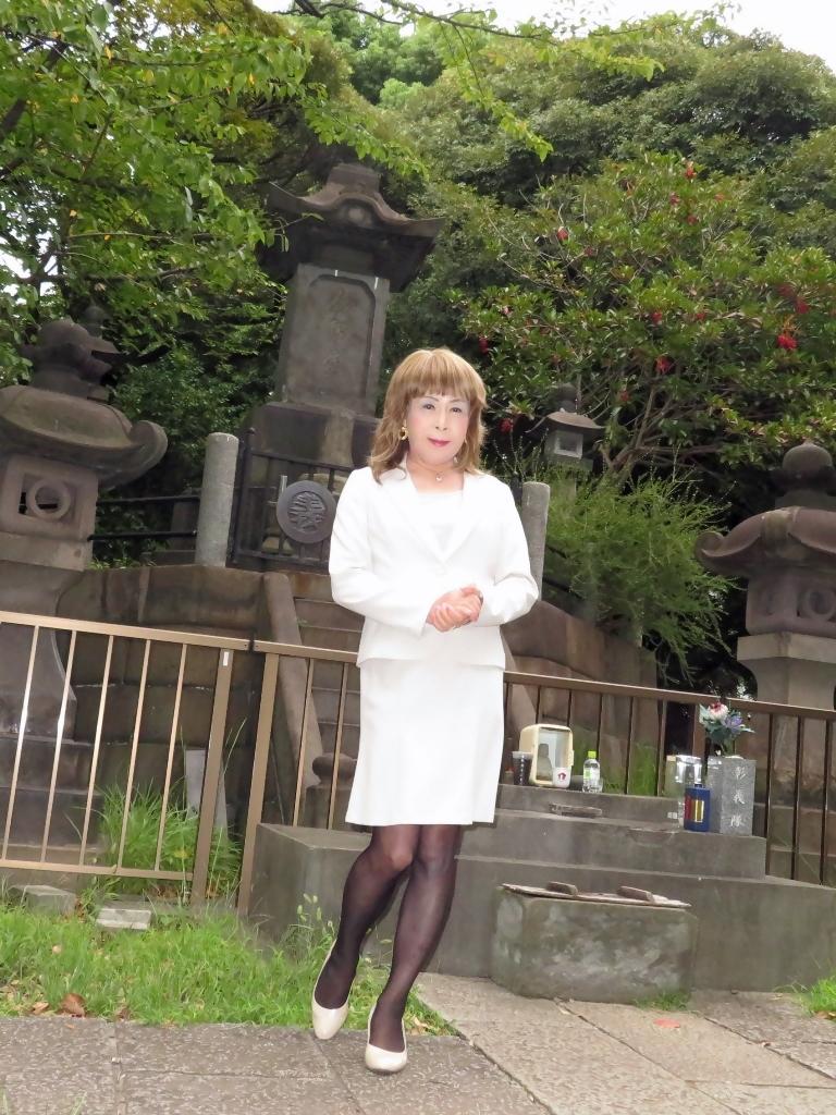 上野公園ベージュスーツ(2)