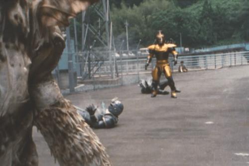 メタルヒーロー、ビーファイターカブトが毒棘にやられてピンチ