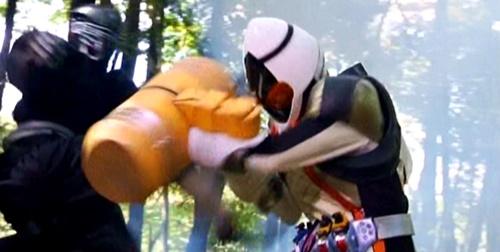 ヒーロー、仮面ライダーフォーゼが忍者軍団にやられてピンチ