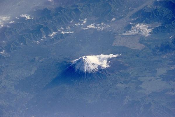 800px-Mt_Fuji_ESC_large_ISS002_ISS002-E-6971_3060x2035.jpg